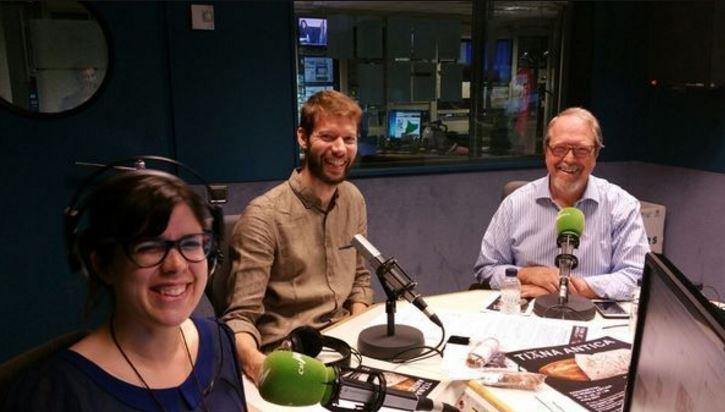 Foto de l'estudi amb els locutors i en Llorenç Blasi
